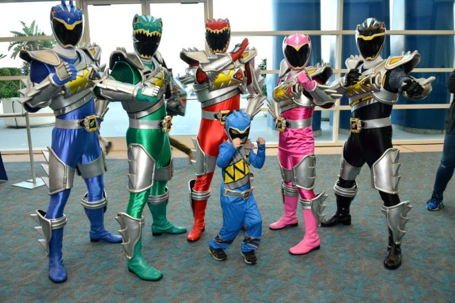 its-morphin-time-power-rangers-dino-super-charge-characters-pose-with-a-mini-ranger