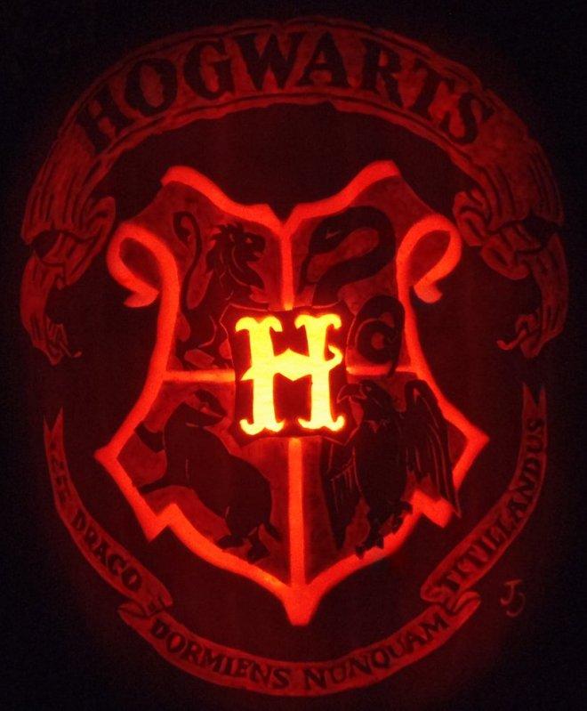 hogwarts_crest_pumpkin_by_joh_wee-d4euqlw.png